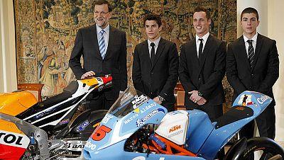 El presidente del Gobierno, Mariano Rajoy, ha recibido a los tres campeones mundiales de motociclismo, los españoles Marc Márquez, Pol Espargaró y Maverick Viñales.
