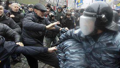 Partidarios de la integración de Ucrania en la Unión Europea reanudaron hoy en Kiev los piquetes frente a la sede del Gobierno ucraniano, que el jueves de la semana pasada anunció su decisión de suspender la firma del Acuerdo de Asociación con la UE
