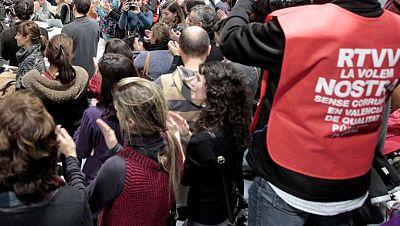 Abuchean al presidente Fabra, que insiste en que la decisión del cierre es legal