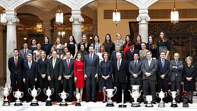 La Reina, los Príncipes de Asturias y la infanta Elena entregaron hoy los Premios Nacionales del Deporte 2012, que distinguen al taekwondista Joel González y la regatista Marina Alabau como los mejores del año y reconocen el impulso experimentado por