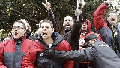 Una nueva pitada de trabajadores de Canal 9 acaba en tensión entre la policía y los periodistas