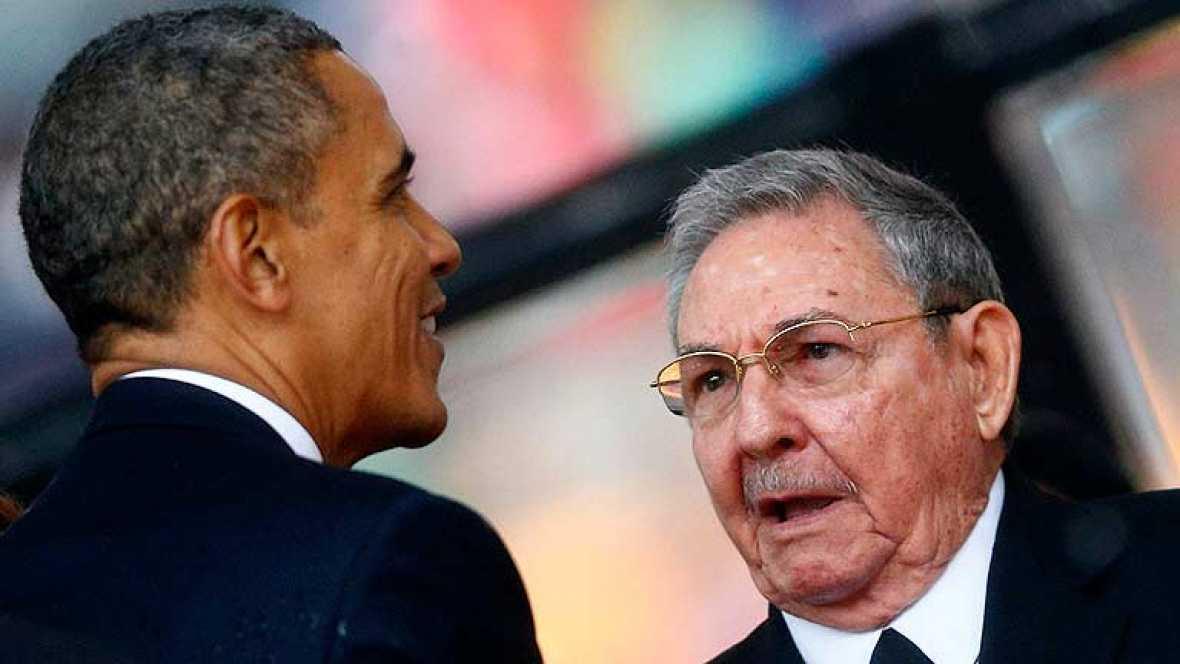 Obama saluda a Raúl Castro en el funeral de Mandela