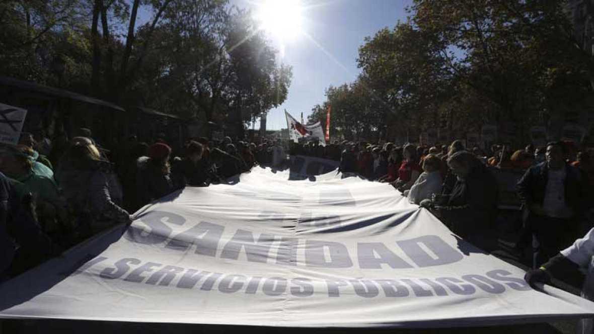 Miles de sanitarios, educadores y científicos se manifiestan por lo público en Madrid