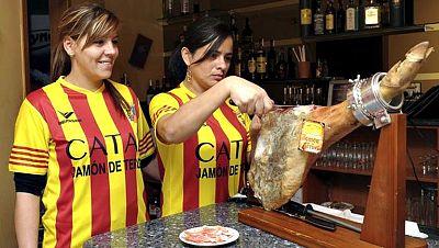 """Una empresa regalará con la compra de sus productos una camiseta con el lema 'Catar Jamón de Teruel'. Se trata de una prenda que """"juega con los colores y el lema de la segunda equipación del FC Barcelona, aunque la camiseta representa la bandera de A"""