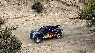 El español Carlos Sainz se ha hecho con la cuarta etapa del Rally Dakar 2014 y se ha colocado en el primer lugar de la clasificación general de coches.