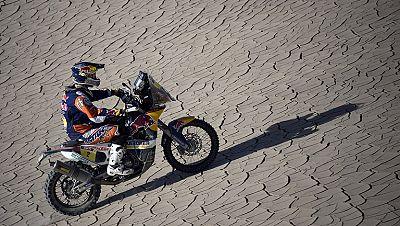 El piloto español Marc Coma ha afianzado su liderato al frente del Dakar al imponerse en la novena etapa, en la que se impuso Peterhansel en coches.