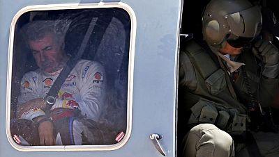 El español Carlos Sainz (SMG) se salió de la carretera en una curva y dio dos vueltas de campana en el accidente que hoy le obligó a abandonar el Dakar en la décima etapa. Sainz ofreció algunos detalles del incidente, que se produjo en una zona urban