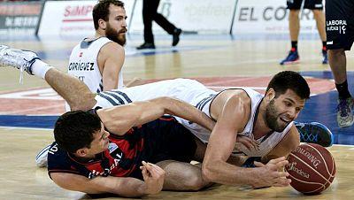 El Tuenti Móvil Estudiantes ha logrado una importante victoria en  el Polideportivo Pisuerga ante el CB Valladolid (59-89) y se ha  acercado así a la salvación, a costa del conjunto de Ricard Casas que  parece tener un pie en la Adecco Oro a falta de