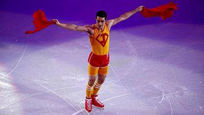 El patinador español Javier Fernandez ha regresado a la escena en Sochi. Su clase de aerobic ha vuelto a poner una sonrisa en la Gala de exhibición con la que el patinaje artístico se ha despedido de los Juegos. El patinador madrileño se va de Sochi