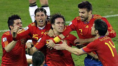 Carles Puyol, el capitán del mejor Barcelona de la historia, ha dicho basta. Con 35 años y 23 títulos, entre ellos un Mundial, tres 'Champions' y dos Eurocopas, los continuos problemas en la rodilla le han obligado a anunciar hoy que dejará el club a
