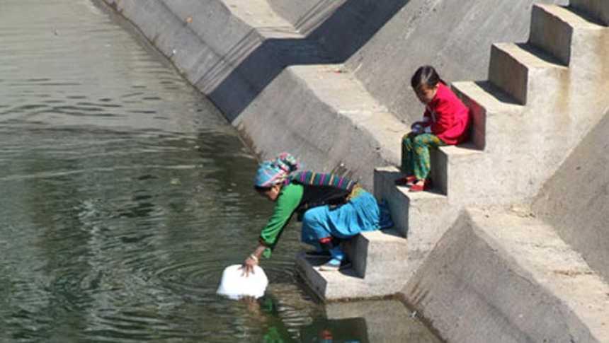 Las niñas no pueden ir a la escuela en Vietnam porque van a buscar agua