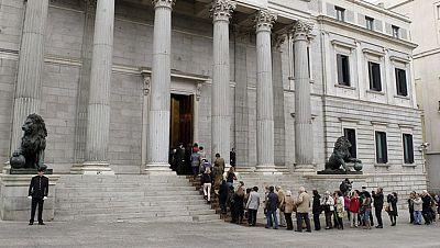 Miles de personas acuden al Congreso para despedir a Adolfo Suárez