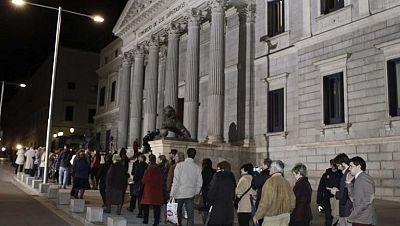 Alrededor de 30.000 personas han pasado por la capilla ardiente de Adolfo Suárez, en casi 24 horas