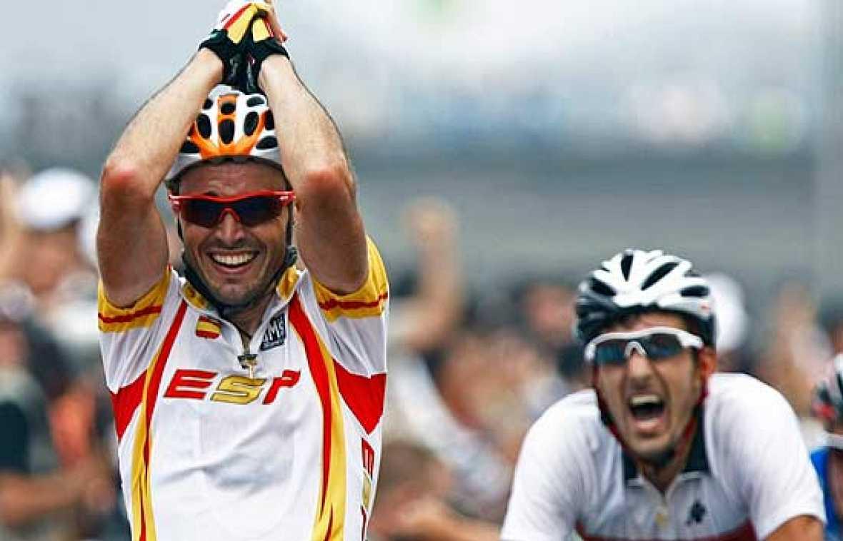 El asturiano inaugura el medallero español con el oro en ciclismo en ruta.