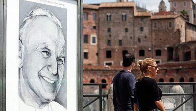 Juan Pablo II y Juan XXIII serán canonizados este domingo