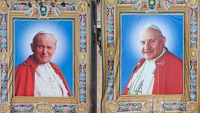 La misma ceremonia hará santos a dos papas distintos y muy populares