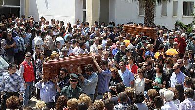 Centenares de personas despiden a los cinco niños fallecidos en Badajoz
