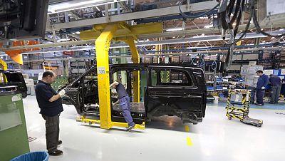 El Rey asiste a la presentación de dos nuevos modelos de Mercedes-Benz en la fábrica de Vitoria