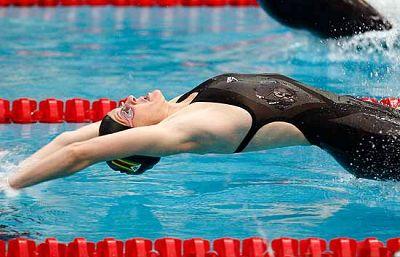 La zimbabuense Coventry gana el oro en los 200 metros espalda y consigue un nuevo récord mundial.