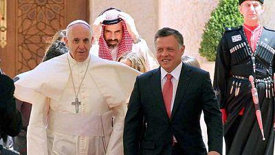 El rey Abdalá II y la reina Rania reciben al papa Francisco en Jordania