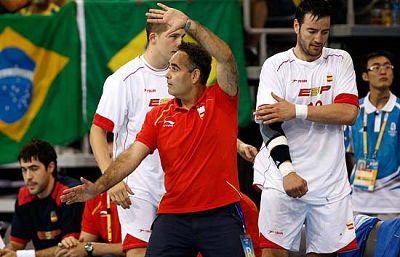El entrenador de la selección española de balonmano, Juan Carlos Pastor, lanza duras declaraciones contra sus jugadores, tras la victoria agónica ante brasil, por 35 a 34. Iker Romero también habla sobre el mal partido de la selección, ninguno de lo