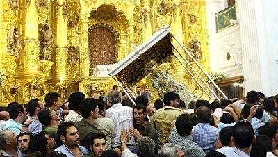 La Virgen del Rocío procesiona por la aldea tras el multitudinario 'Salto de la reja '