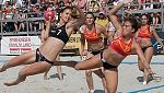 Polémica por la indumentaria en el balonmano playa femenino