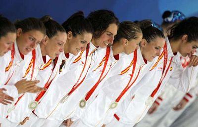 Las 'sirenas' españolas recibiendo la plata en el podio