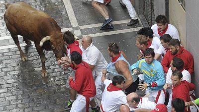 Un toro rezagado suelto siembra el peligro en el �ltimo encierro de sanfermines, de Miura