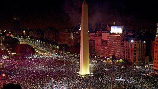 Los aficionados argentinos celebran el subcampeonato conseguido por su selección.