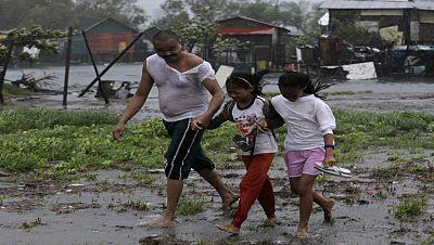 Al menos diez muertos y 450.000 evacuados tras el paso del tifón Rammasun por Filipinas