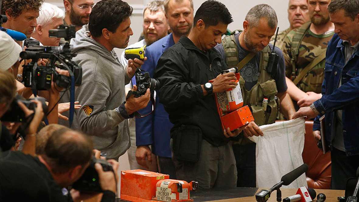 Los rebeldes prorrusos entregan las cajas negras del avión derribado en Ucrania