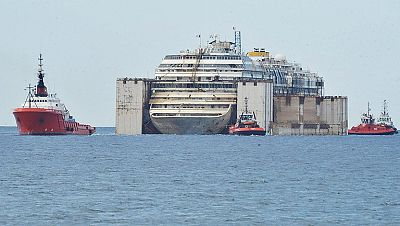 El Costa Concordia llega al puerto de Génova