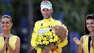 Nibali sube a lo más alto de podio parisino de los Campos Elíseos
