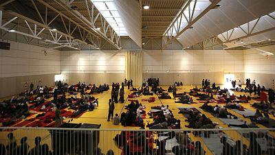 Un millar de inmigrantes descansa en dos polideportivos en Tarifa tras su rescate