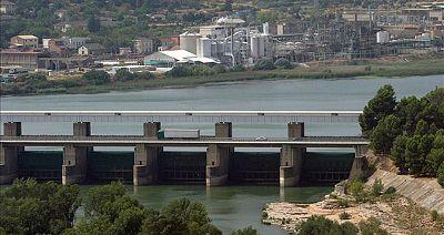 Una población de microalgas en el pantano de Ribarroja, enTarragona, obliga a limitar el consumo de agua en tres municipios de la zona
