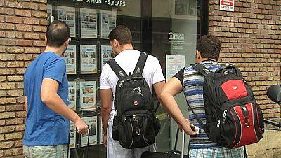 Los vecinos de un barrio barcelonés, indignados por los alquileres que albergan a turistas con conductas incívicas