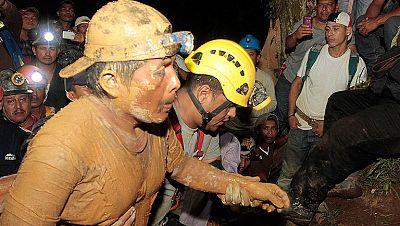 Rescatan con vida a 20 mineros sepultados a 800 metros durante más de 30 horas en Nicaragua