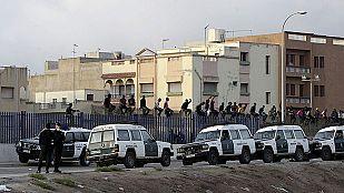 Unos 30 inmigrantes permanecen encaramados a la valla de Melilla en un nuevo salto masivo