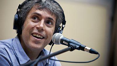 """Versión española: Iván Ferreiro toca """"1999"""" de Love of Lesbian"""