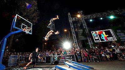 """Mientras las estrellas mundiales del baloncesto disputan sus primeros partidos del Mundial, una conocida casa de apuestas desafiaba a los húngaros """"Lords of Gravity"""" para hacer posible lo imposible en un escenario único: la ciudad de Granada."""