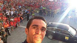 Contador, homenaje en la Comunidad y autofoto en Pinto