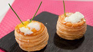 Volovanes de puerros con huevo poché y salsa de cheddar