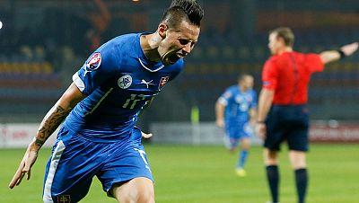La selección eslovaca mantiene el liderato del grupo de España tras su victoria en Bielorrusia por 1-3 con un destacado Hamsik. Por su parte, Ucrania ganó a Macedonia y está empatada a seis puntos con España.