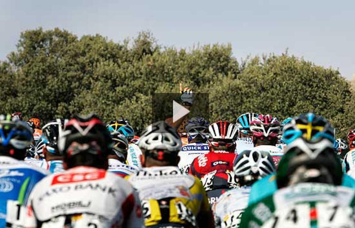 Los ciclistas del equipo Rabobank se preparan para una etapa de 200 km y cuatro puertos de montaña, con un desayuno que parece más una comida.