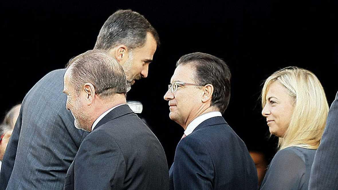 Felipe VI saluda finalmente a la alcaldesa de Alicante, imputada por corrupción