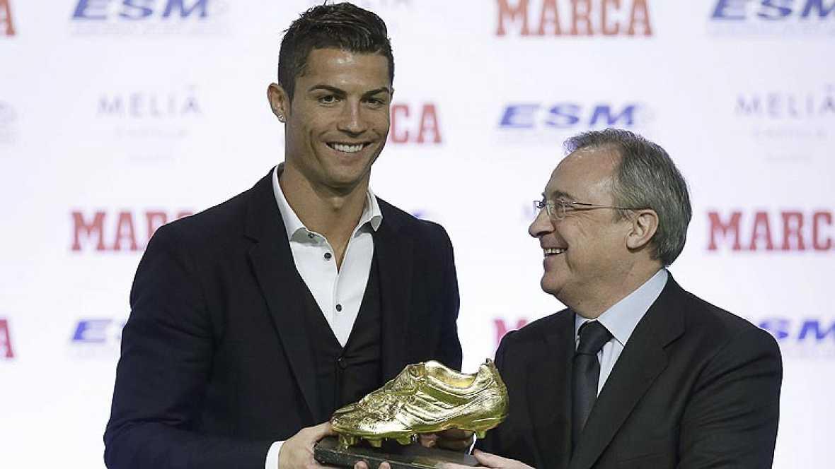 """El jugador del Real Madrid Cristiano Ronaldo ha recibido la tercera Bota de Oro de su carrera, gracias a los 31 goles que marcó la temporada pasada, empatado con Luis Suárez. En el acto de entrega del trofeo, Ronaldo ha asegurado que va a """"seguir muc"""