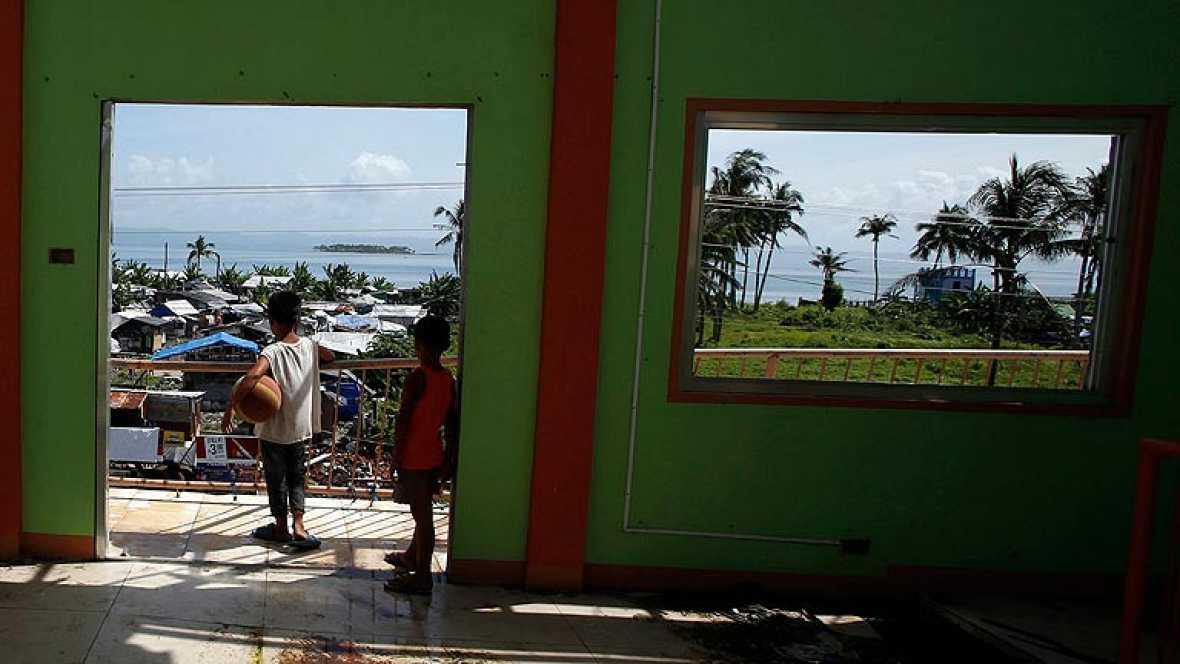 Los supervivientes del tifón Haiyan intentan rehacer sus casas y sus vidas un año después