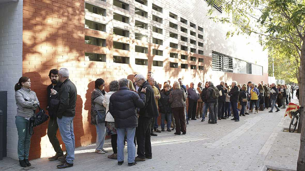 Largas colas en la apertura de los colegios para votar el 9N en Cataluña