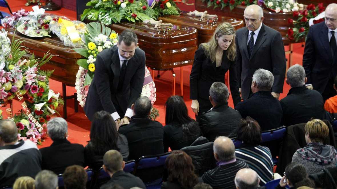 Emotivo funeral en Bullas con la asistencia de los reyes